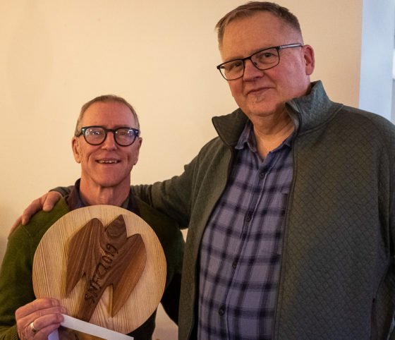 Pristagare Mats Johansson och orförande Hans Nygren.